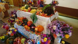 reich gedeckter Tisch beim Erntedankgottesdienst 2017